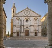 Pio ΙΙ τετραγωνικό και το Duomo Pienza που πλαισιώνεται από τις στήλες του Δημαρχείου, Σιένα, Τοσκάνη, Ιταλία στοκ εικόνες