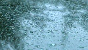 Pioggia che cade sul tergicristallo dell'automobile video d archivio