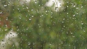 Pioggia che cade sul vetro durante la tempesta della pioggia video d archivio