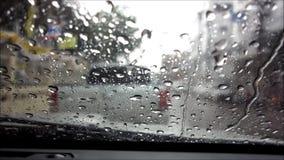 Pioggia che cade tramite il parabrezza con il suono stock footage
