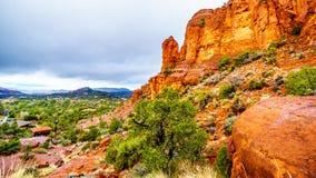 Pioggia che piove a dirotto sulle formazioni geologiche delle colline dell'arenaria rossa che circondano la cappella dell'incroci immagine stock