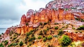 Pioggia che piove a dirotto sulle formazioni geologiche delle colline dell'arenaria rossa che circondano la cappella dell'incroci fotografia stock