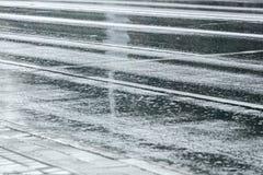 Pioggia che si increspa sulla strada asfaltata bagnata fotografia stock libera da diritti