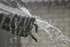 Pioggia che spilla sul tetto Immagini Stock