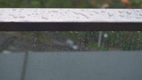Pioggia della goccia sulla ferrovia del balcone dell'acciaio inossidabile nel giorno piovoso, goccioline della pioggia al terrazz video d archivio
