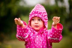 Pioggia di cattura del bambino Fotografie Stock