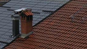 Pioggia di estate che cade sui tetti rossi del metallo e delle mattonelle archivi video