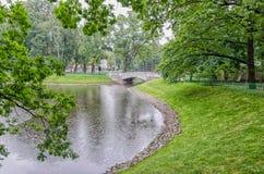 Pioggia di estate nel giardino di Mikhailovsky Fotografia Stock