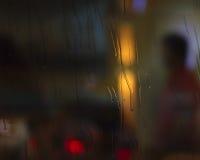 Pioggia di notte dall'altro lato di vetro Immagine Stock