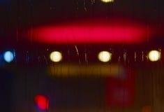 Pioggia di notte dall'altro lato di vetro Fotografia Stock