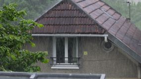 Pioggia di primavera nel villaggio, tempo nuvoloso, gocce di pioggia che cadono sulla terra stock footage