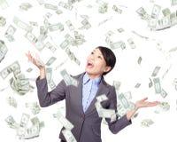 Pioggia di sotto felice dei soldi della donna di affari Immagine Stock