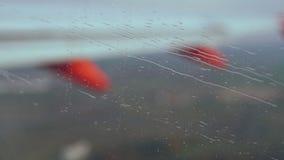Pioggia durante il volo dell'aeroplano archivi video