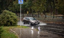 Pioggia nella città nella caduta immagine stock libera da diritti