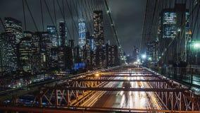 Pioggia a New York, automobili di traffico sul ponte di Brooklyn famoso stock footage