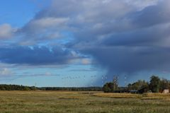 Pioggia persistente in lontano Belle nubi immagine stock