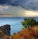 Pioggia su capo Meganom, Mar Nero, Crimea Fotografia Stock