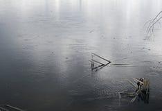 Pioggia su un lago Waterscape grigio fotografie stock libere da diritti