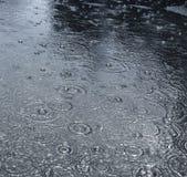 Pioggia su una via Fotografie Stock
