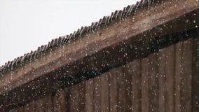 Pioggia sul vecchio tetto dello zinco video d archivio