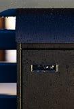 Pioggia sulla cassetta delle lettere moderna Immagini Stock