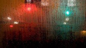 Pioggia sulla finestra di fronte del bus fotografia stock libera da diritti