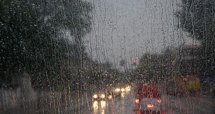 Pioggia sulla finestra di fronte del bus fotografie stock libere da diritti