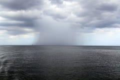 Pioggia tropicale severa sopra il mare Fotografia Stock