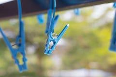 Pioli blu della gruccia per vestiti per le mutande ed i calzini fotografie stock libere da diritti
