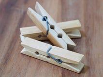 pioli di legno del panno su fondo di legno Fotografie Stock Libere da Diritti