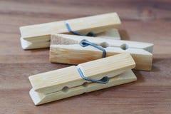 pioli di legno del panno su fondo di legno Fotografia Stock Libera da Diritti