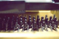 Pioli di sintonia del piano di legno nero, perni di sintonia del piano, sintonizzazione sana del piano fotografia stock