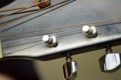 Pioli e poste di sintonia della chitarra sulla testa della chitarra, macro Fotografia Stock Libera da Diritti