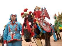 Piombo un cavallo e un attore del cavallo nelle vie Fotografia Stock Libera da Diritti