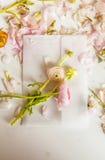 Pionblommor och pionkronblad på envloper Royaltyfria Foton