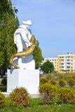 PIONEIRO, RÚSSIA A escultura do ` s do pescador com um esturjão nas mãos Foto de Stock