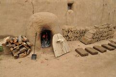 Pioneros de Reenactors, milicia, soldados, comerciantes en el fuerte viejo doblado del ` s Fotos de archivo libres de regalías
