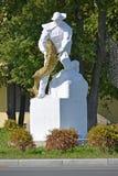 PIONIER, RUSLAND Een monument aan de visser met een steur in handen Royalty-vrije Stock Foto