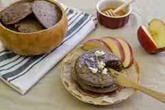 Pionierbuchweizenpfannkuchen bereit gegessen zu werden Lizenzfreie Stockfotografie