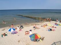 PIONIERE, RUSSIA La gente prende il sole sulla spiaggia della città Immagine Stock