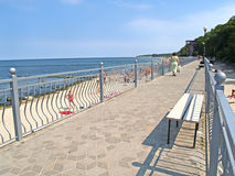 PIONIERE, RUSSIA Una passeggiata sulla banca della banca del Mar Baltico Fotografia Stock Libera da Diritti