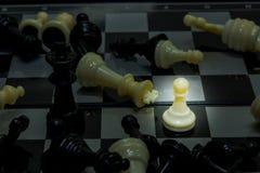 Pionka batalistyczny czarny królewiątko na desce Fotografia Royalty Free