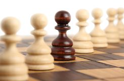 Pionkowie na szachowej desce Zdjęcia Royalty Free