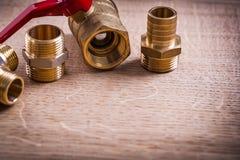 Pionować narzędzie mosiądza drymby włączniki Na Drewnianym fotografia royalty free