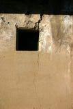 pionowe uszkodzonych przez okno zdjęcie stock