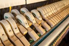 Pionowego pianina młotów szczegół Zdjęcia Royalty Free