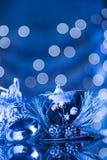 Pionowo Śnieżny Błękitny tło Z kapeluszu I srebra bożych narodzeń belem Zdjęcia Royalty Free