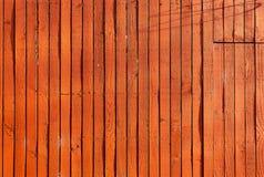 Pionowo czerwony szalunek deski ogrodzenie w jaskrawym słońce połysku z cieniami fotografia royalty free