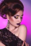 Pionowo fotografia eleganci dorosła dziewczyna z kreatywnie fryzurą Zdjęcia Royalty Free