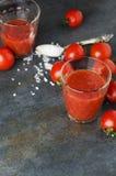 Pionowo fotografia, przygotowywać świeży wyśmienicie pomidoru sok na czerń stole zdjęcia royalty free